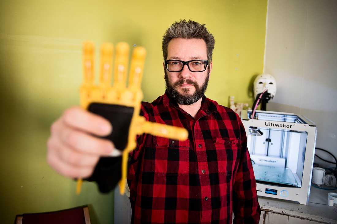 Tack vare svenske Lars Hansson, 50, i Stockholm fick Antoni, 6, en handprotes, som Lars tillverkat hemma i sin 3D-skrivare och skickat till Antoni via ett globalt nätverk. Skrivaren står bakom Lars på bilden.