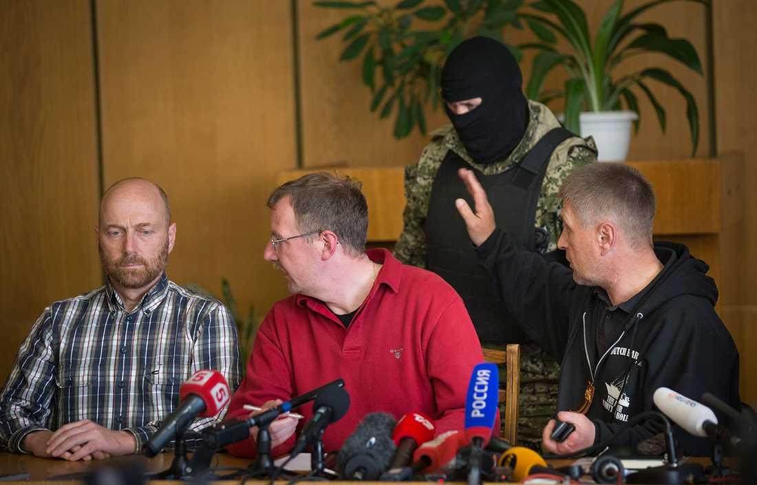 Proryske borgmästaren Vyacheslav Ponomaryov, till höger, visade upp sin gisslan. Till vänster tyske officeren Axel Schneider som förde gisslans talan.