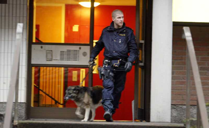 Polisens tekniker undersökte på fredagen lägenheten där den döda kvinnan påträffades.