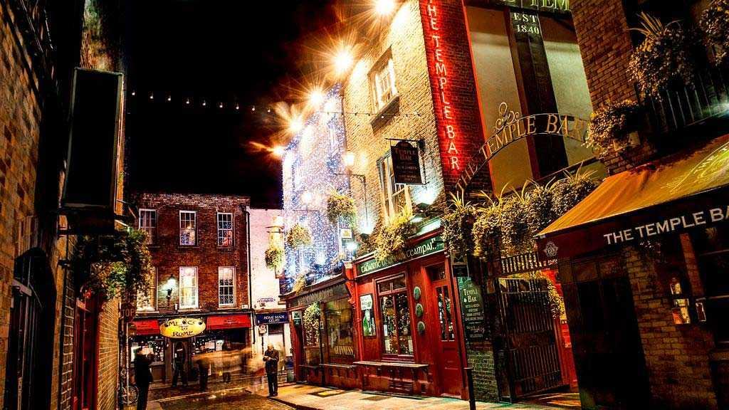 Beställ en varm whisky eller en irish coffee på någon av Dublins många mysiga pubar i jul.