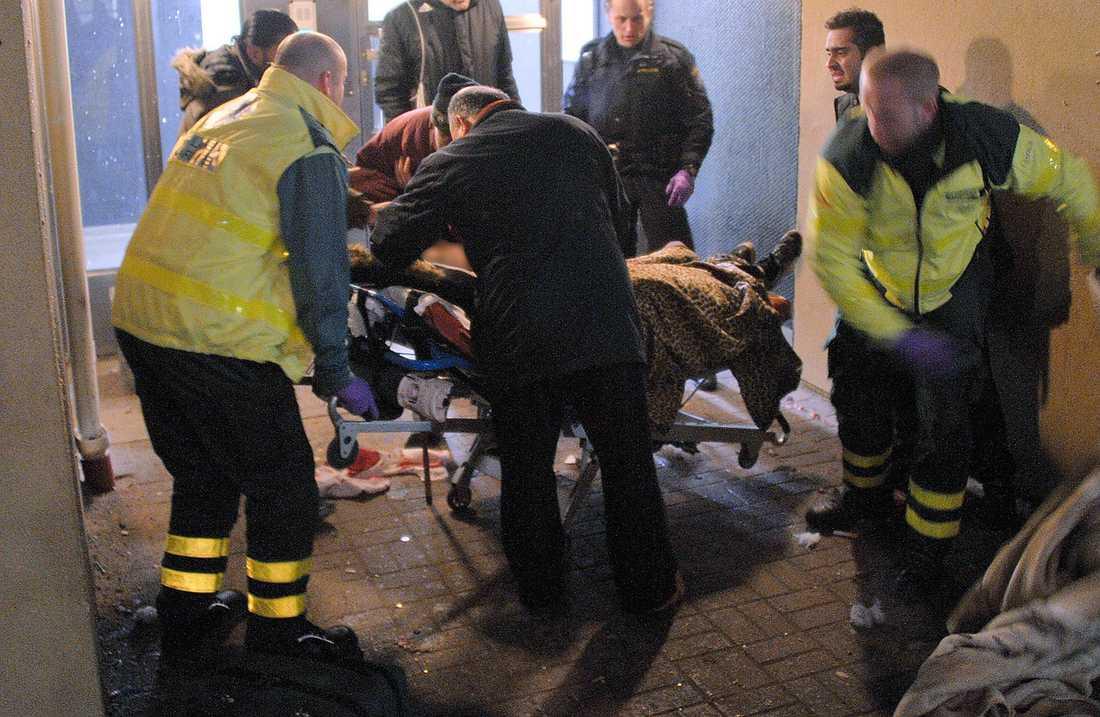 Limhamn En 13-åring som träffats av en raket och skadats svårt i benet får hjälp av ambulanspersonal. Enligt polisen har någon skjutit mot pojken med avsikt.