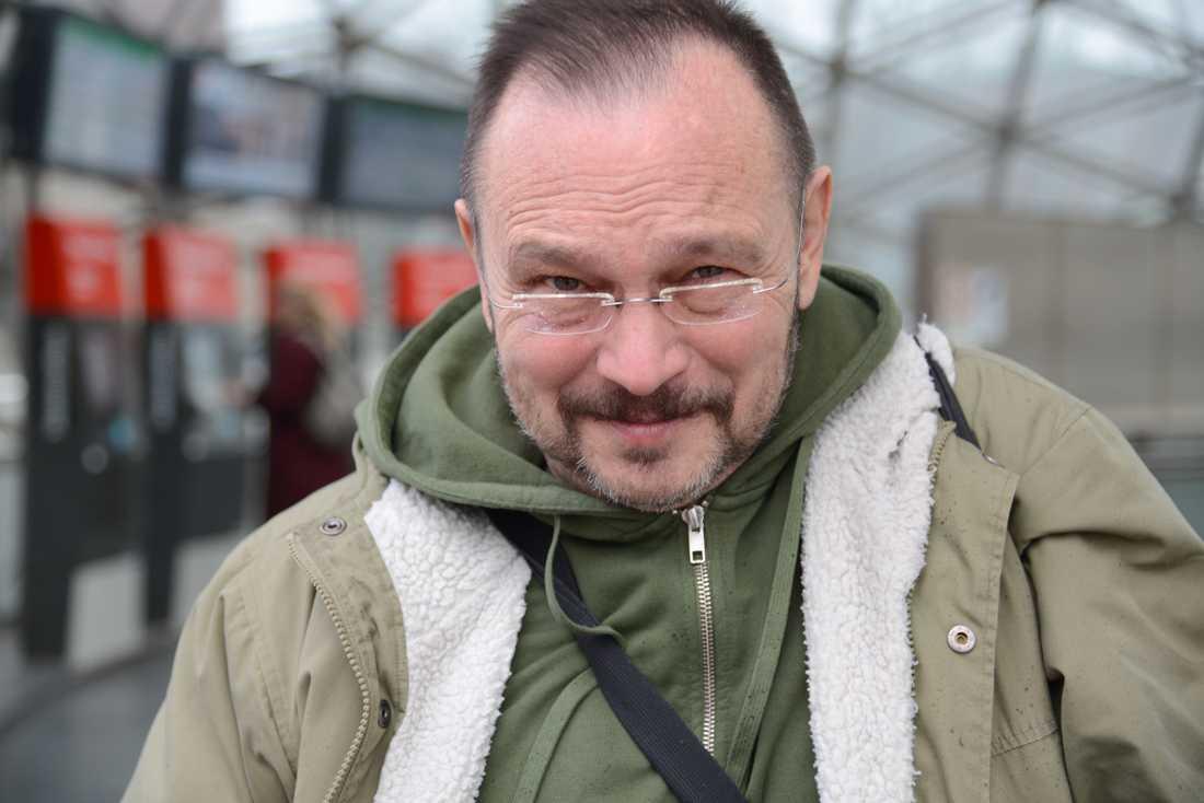 65-årige Andrzej Ferber pendlar varje dag från Köpenhamn till Malmö, där han jobbar som lärare på Malmö Latinskola.