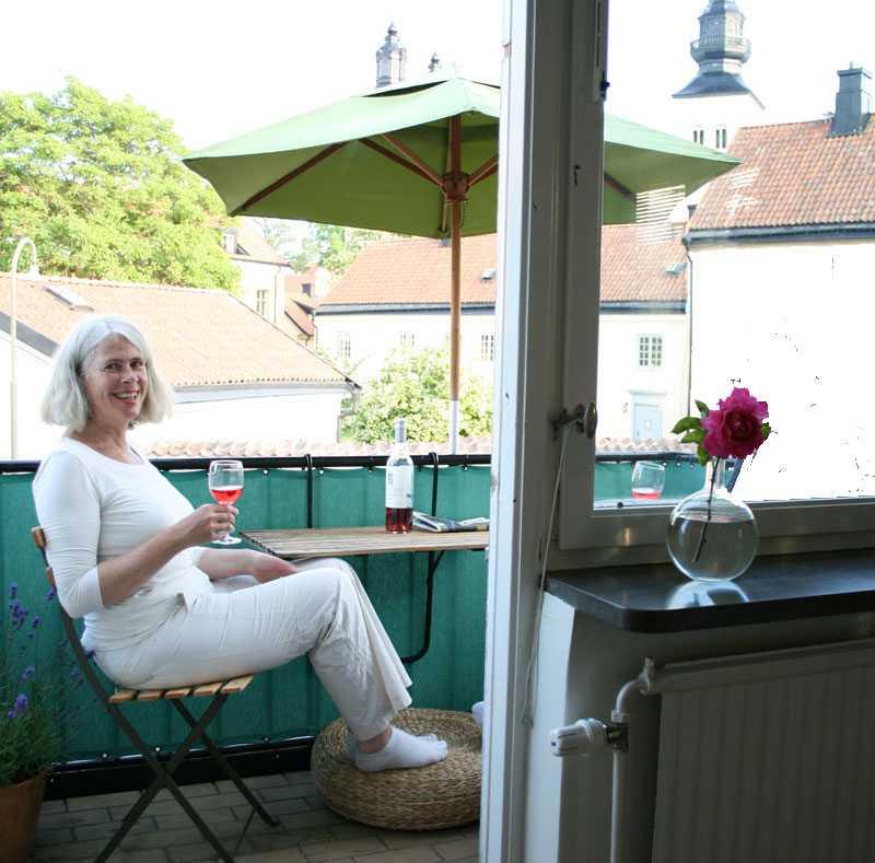– Balkongen är den verkliga pärlan här, säger Kristina, det här är vårt extra sommarrum och trots att den är liten kan vi sitta fyra personer kring det lilla fällbordet och äta.