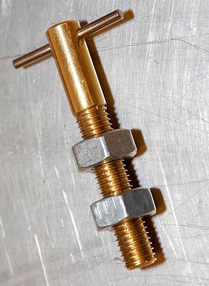 Skruvkompisen Jim har skänkt denna högergängade skruv, som har en höger- och en vänstergängad mutter. Vrid muttrarna åt samma håll och de förflyttar sig åt olika håll på skruven. Magi!