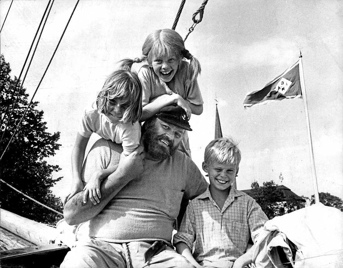 Pippi, Tommy och Annika och Pippis pappa.