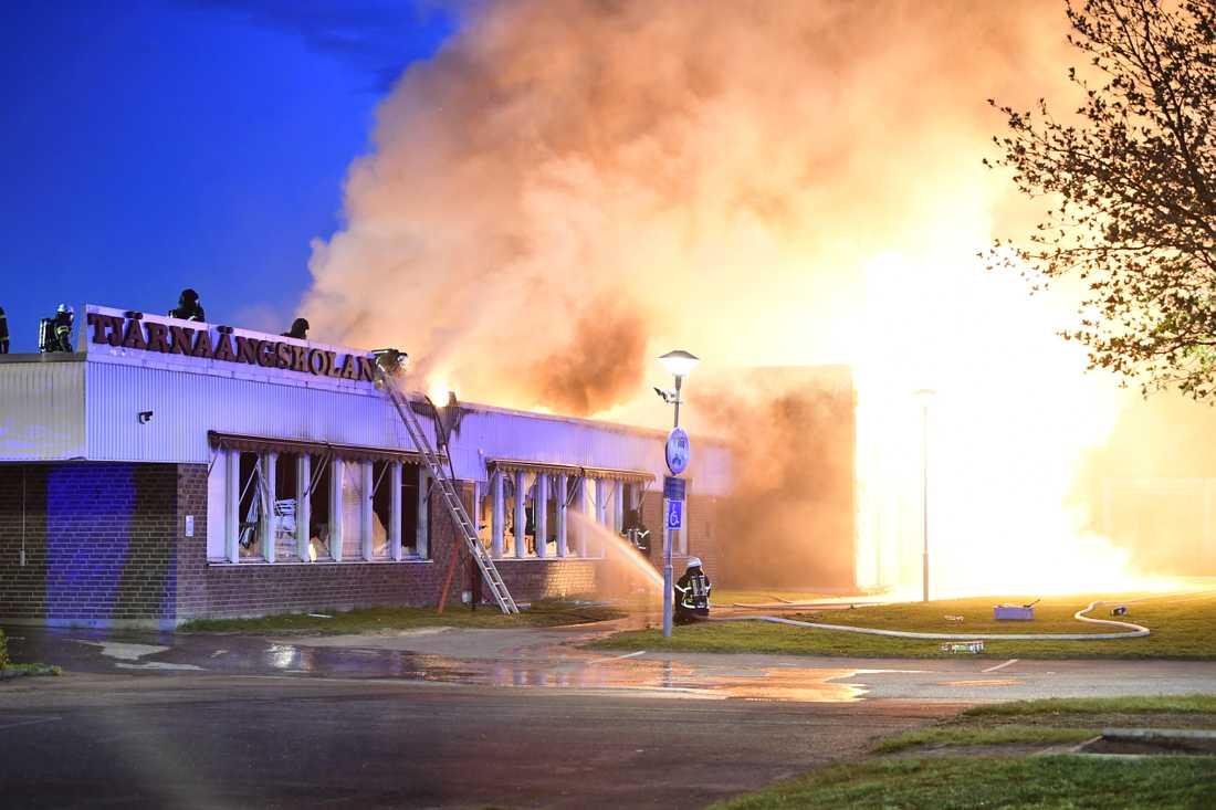 En kraftig brand rasade i en skola i Borlänge under natten mot fredagen.