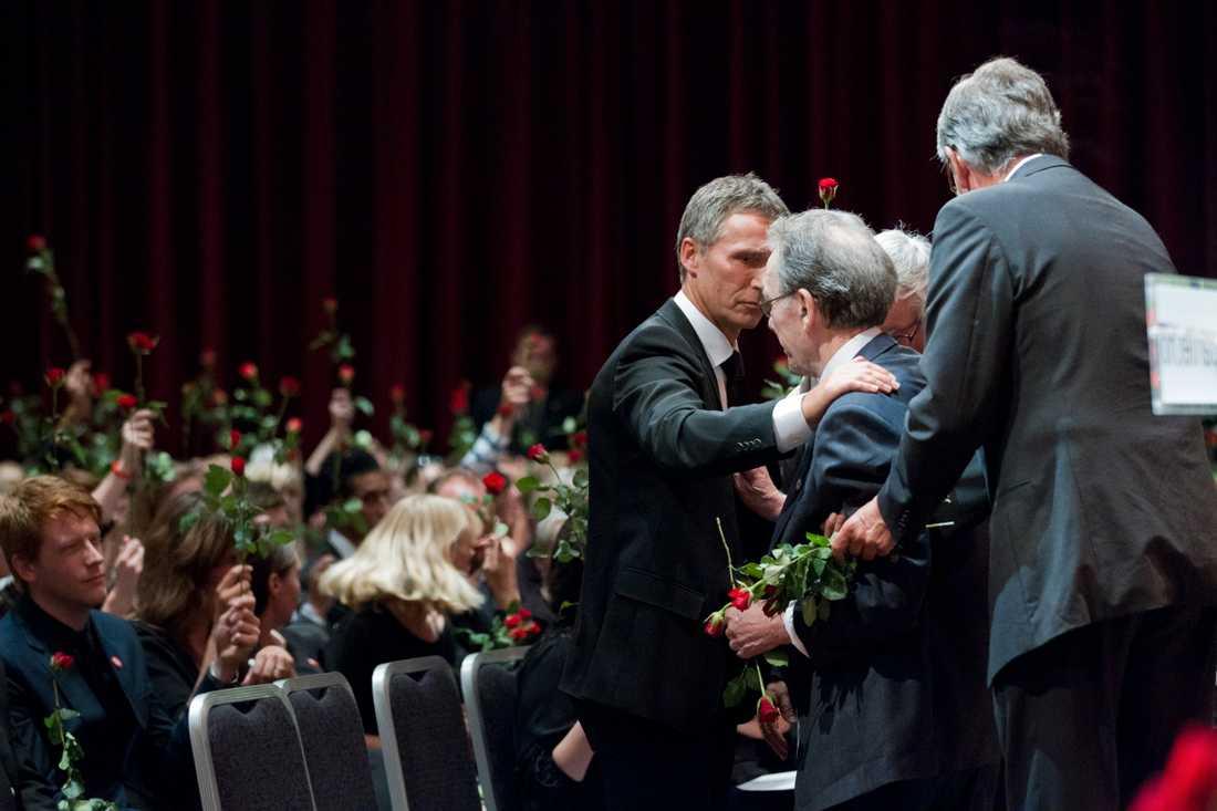 Reiulf Steen var ordförande i norska arbetarpartiet från 1975-1981. Han kom till minnesstunden i rullstol och fick hjälpas upp på scenen.