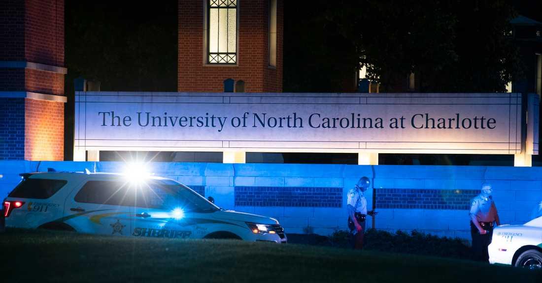 Polis utanför University of North Carolina i Charlotte, USA, i tisdags, då två personer sköts till döds.