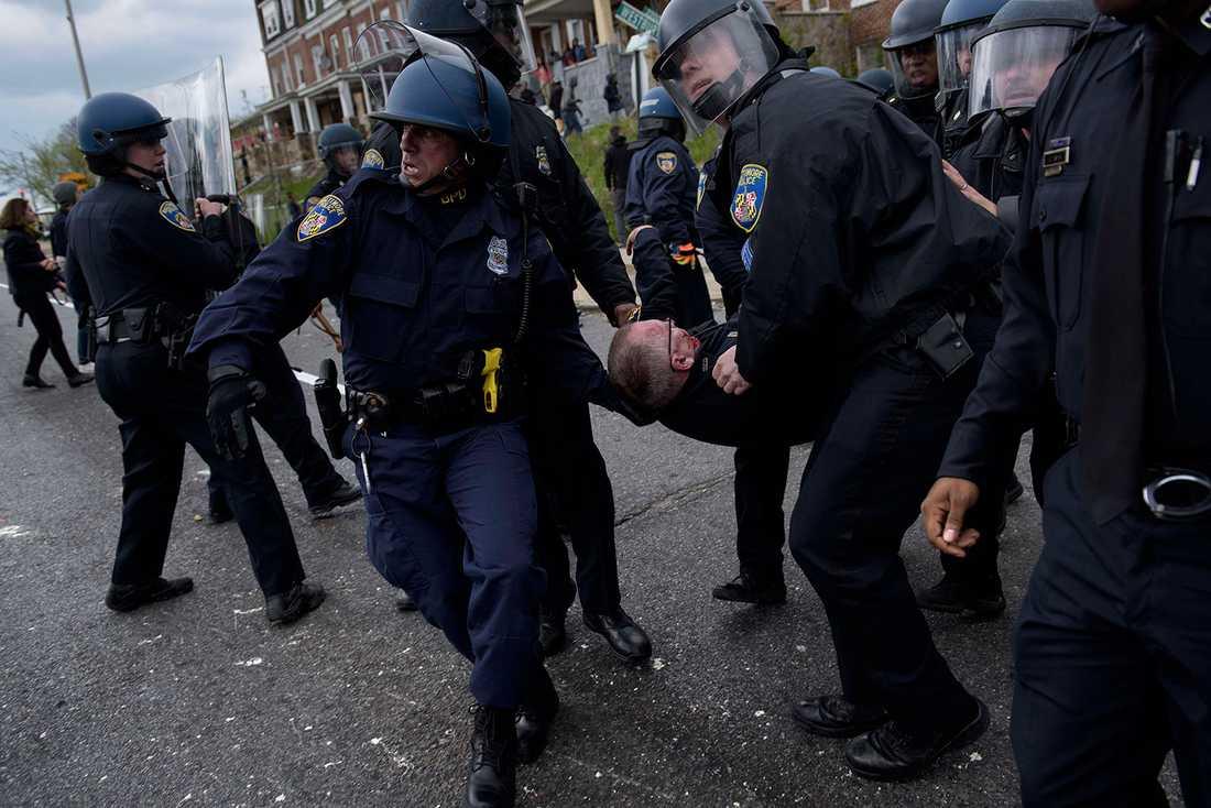 Poliser för iväg en skadad kollega.