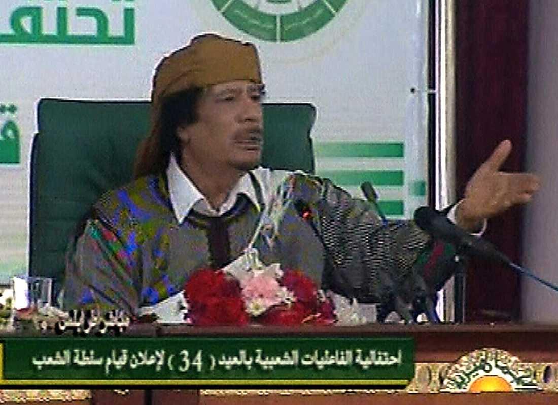 """16.16 Nästan tre timmar senare är Gaddafi klar med sitt tal. Han avslutar med: """"Anti-Gaddafistyrkorna kommer att falla""""."""
