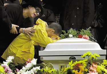 SORGEN Yamel Jager dog i terrorattacken mot World Trade Center den 11 september. Vid hennes begravning på Hopekyrkogården i Yonkers, New York, den 14 september gråter hennes son Kevin hejdlöst mot mammas kista. Mormor Anna Jager är maktlös inför åttaåringens hjärtskärande sorg.