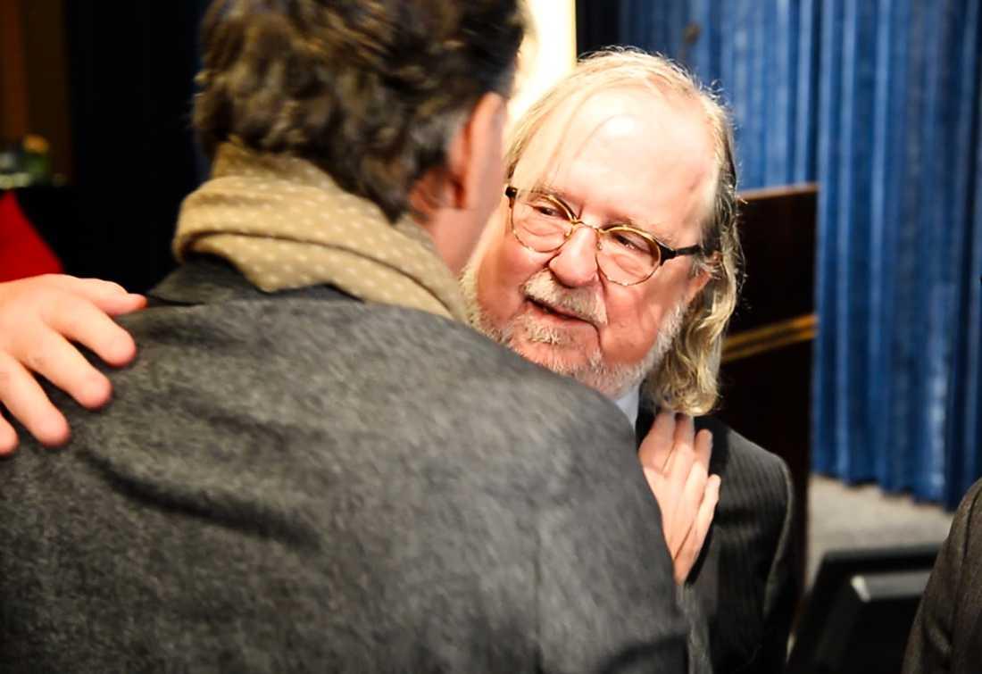 Tomas Dahl fick en dödsdom under julhelgen 2106. Han hade fått cancer i tonsillerna. På Sahlgrenska i Göteborg fick han immunterapi och hans liv kunde räddas. När han möter medicinpristagarna James P Allison och Tasuku Honjo läser han upp ett tal som berör forskarna.