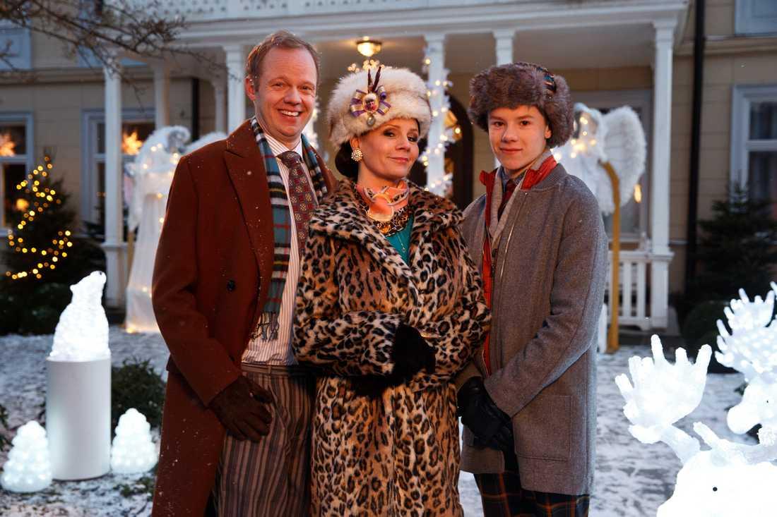 Familjen Silfverhjelm spelas av Olof Wretling, Lena Philipsson och Edvin Ryding.