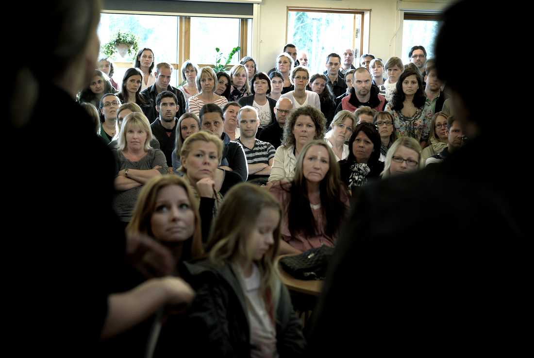 """Det är trångt i matsalen när föräldrar på Sjömarkenskolan i Borås ställer politikerna till svars på ett krismöte. De vill veta varför inget görs åt platsbristen i skolans lokaler: """"Varför lovar ni mer pengar om ni inte kan hålla det sedan?!"""" säger en upprörd pappa."""