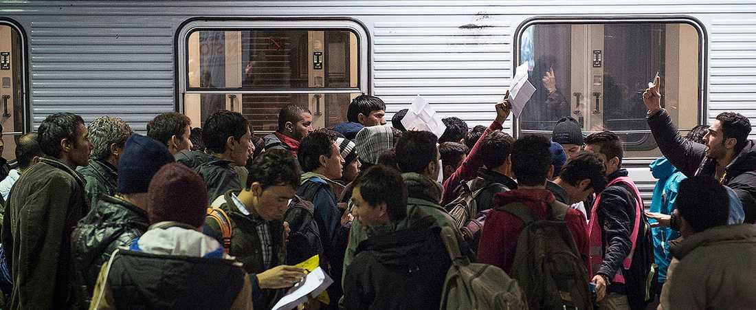 På bara ett par månader omformulerades flyktingkrisen från en kris för flyktingarna, till en kris för det svenska samhället i den offentliga debatten.