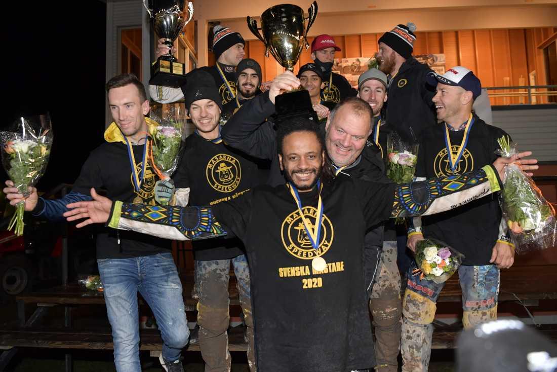 Antonio Lindbäck och lagledaren Stefan Bäckström firar SM-segern med resten av förarna.