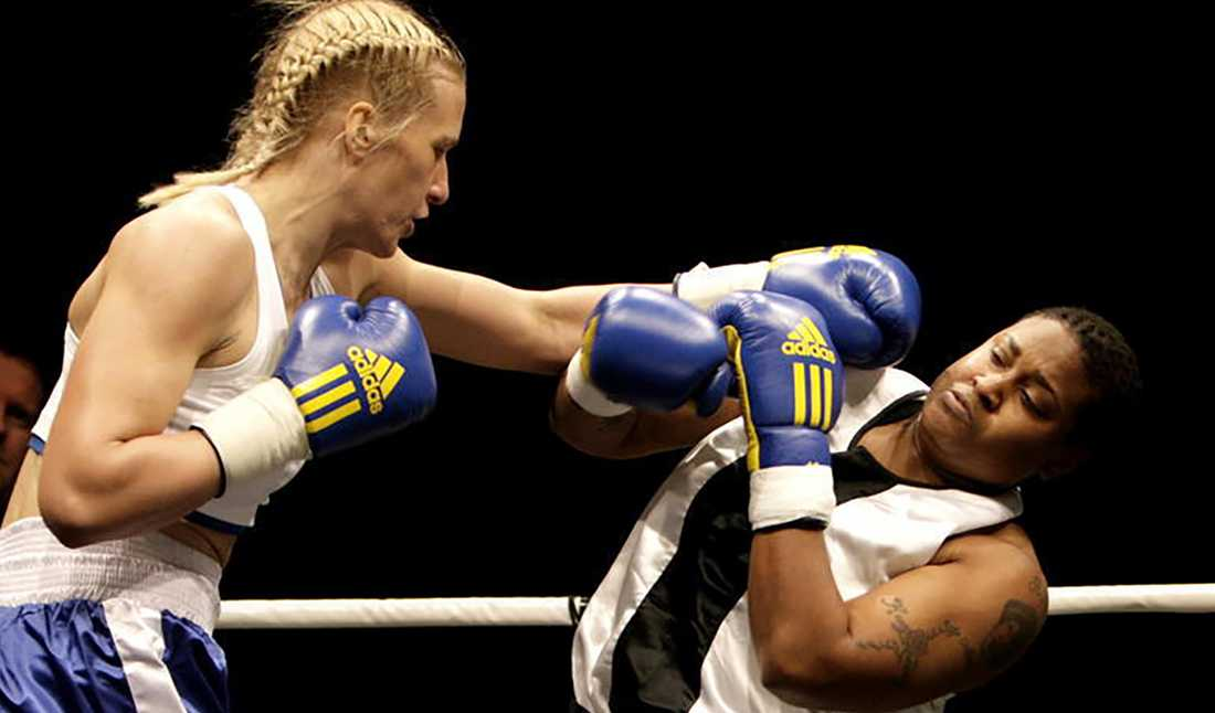 Åsa Sandell besegrar Tiffany Carter på en proffsgala 2007.