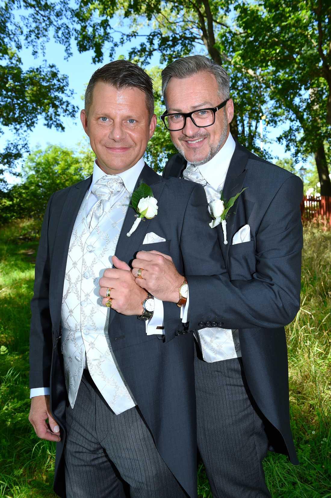 Tony Irving och Alexander Skiöldsparr visar ringarna.