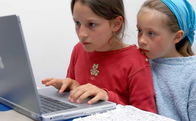 Lär ut datorslöjd i skolan, tycker debattörerna.