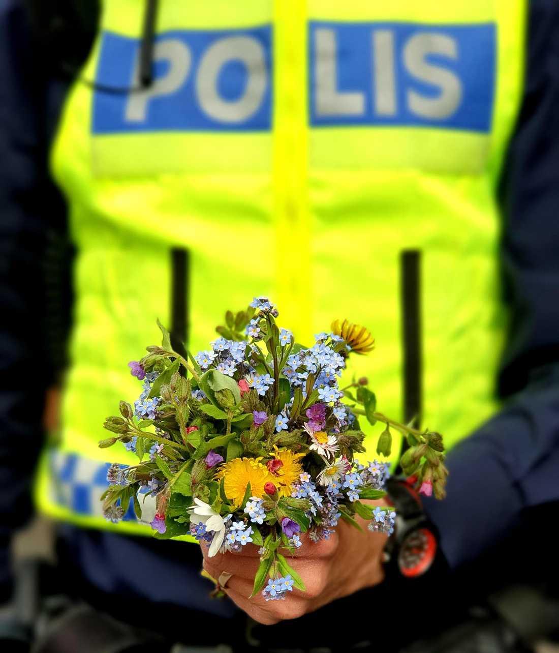 Det var omsorgsfullt plockade blombuketter som poliserna fick ta emot.