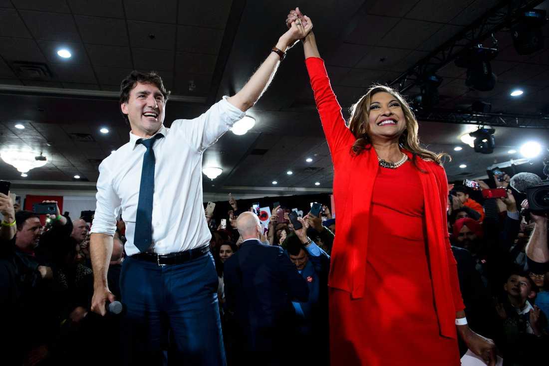 Justin Trudeau och den liberala kandidaten Nirmala Naidoo under ett valmöte i Calgary några dagar före valet.