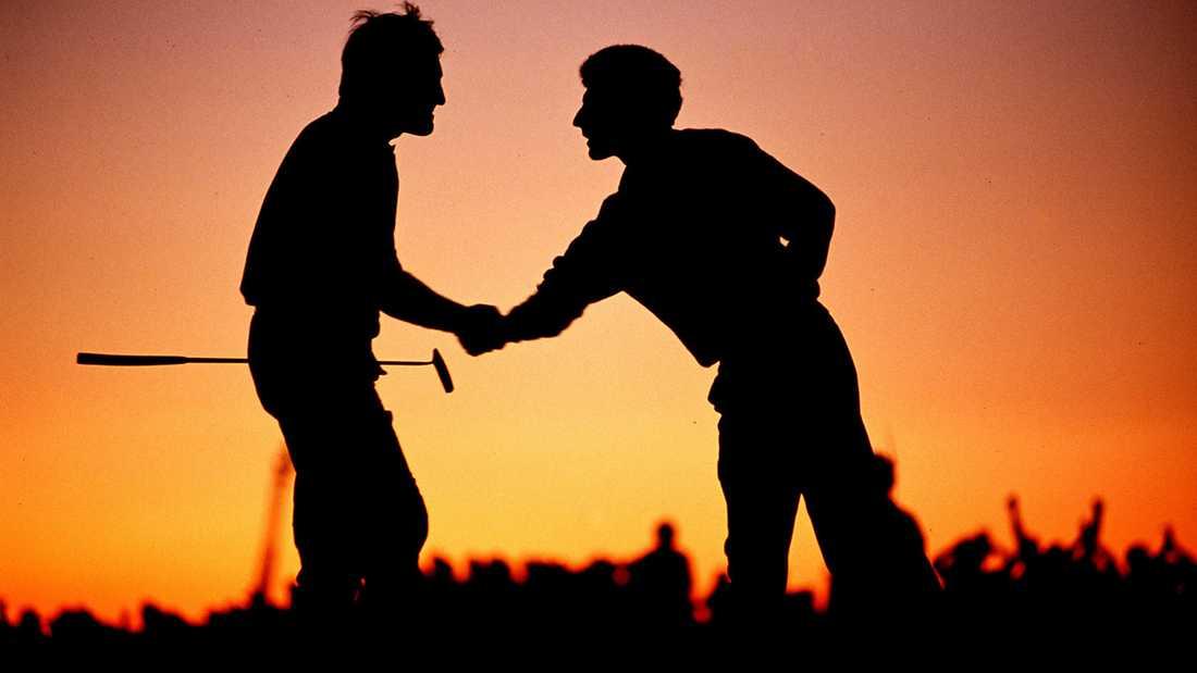 Ballesteros, till vänster, skakar hand med sin partner Jose Maria Olazabal efter Ryder Cup 1991.