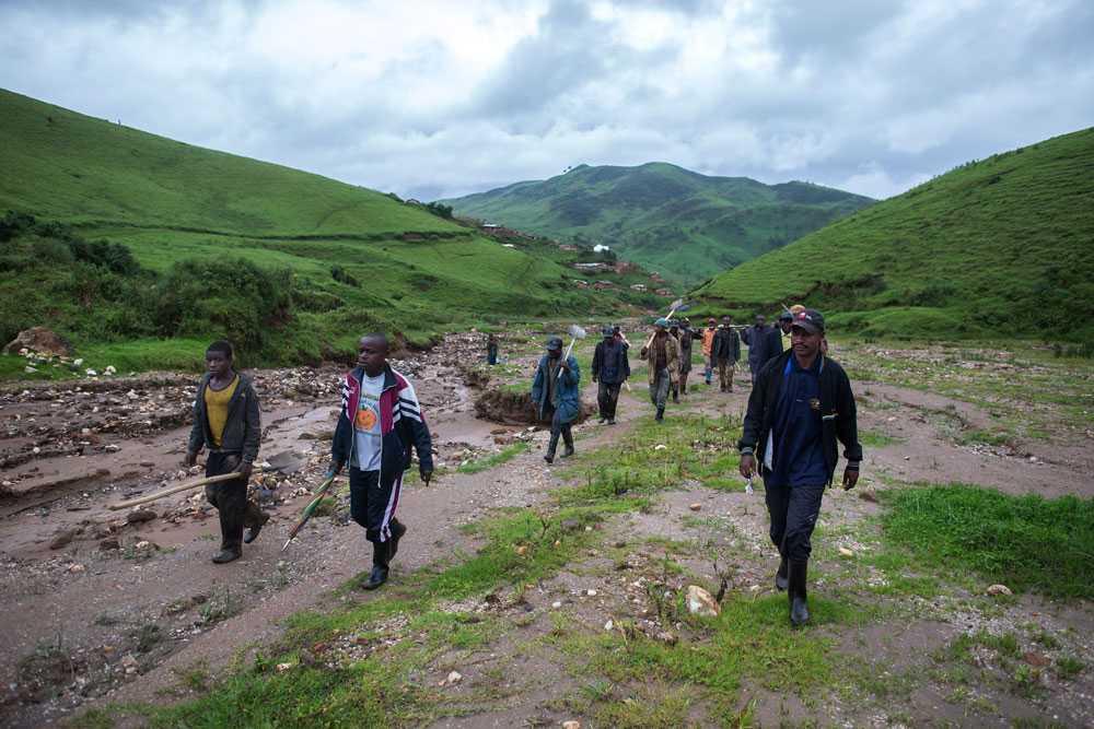 NICLAS HAMMARSTRÖM Tidigt på morgonen påbörjar arbetarna den långa promenaden mot gruvan.