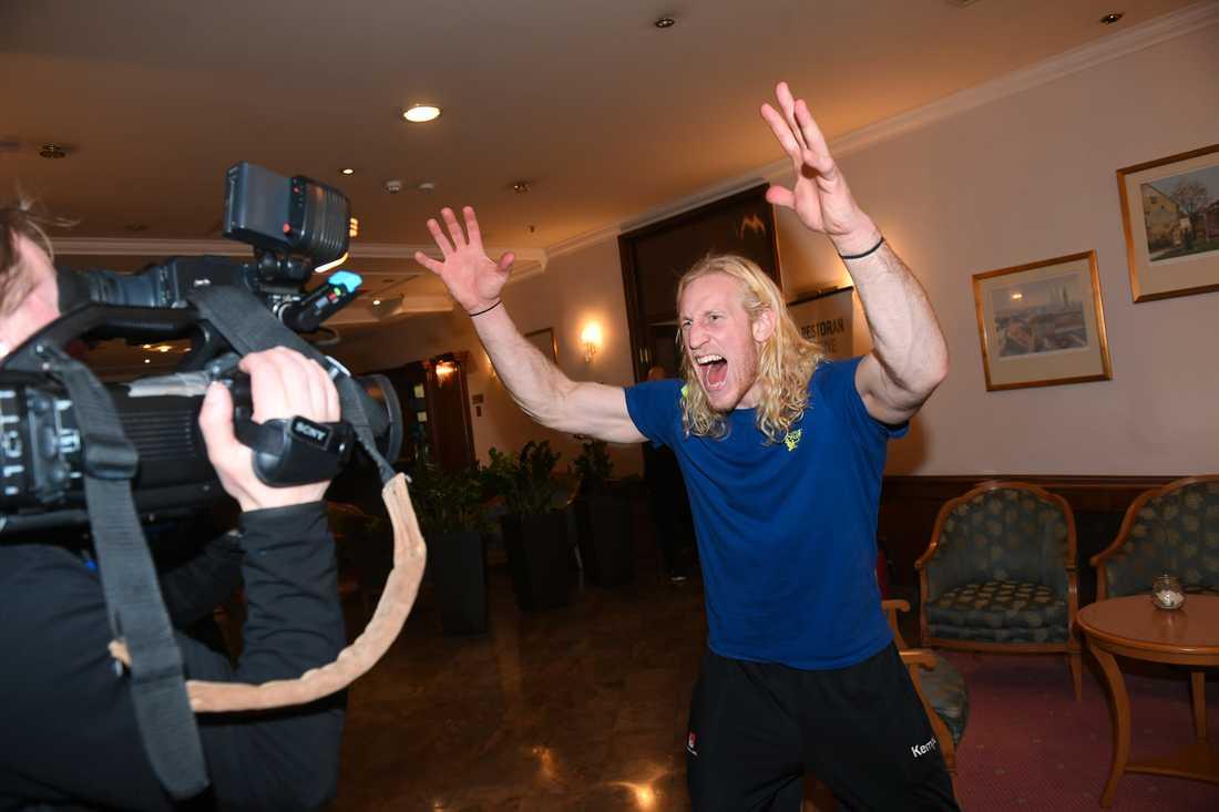 Svenska målvakten Mikael Appelgren jublar efter att Frankrike hjälpt Sverige till semifinal.