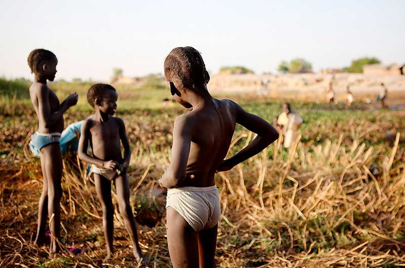 leker bland pipelines Barnen i Bentiu lever i extrem fattigdom, samtidigt som en enorm rikedom rinner under deras fötter.