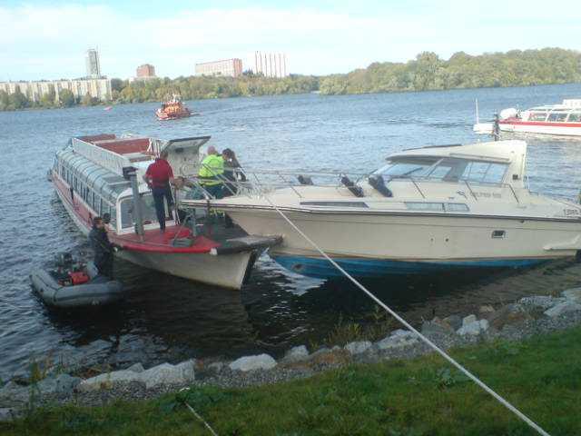 På lördagseftermiddagen kolliderade en turistbåt från Delfin med en privatbåt i Mälaren vid Lilla Essingen.