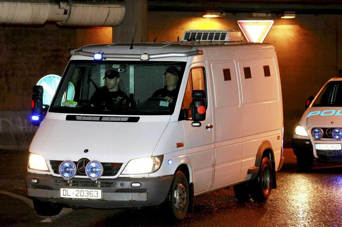 Breivik anlände i tungt bevakad poliseskort till tingsrätten i Oslo.