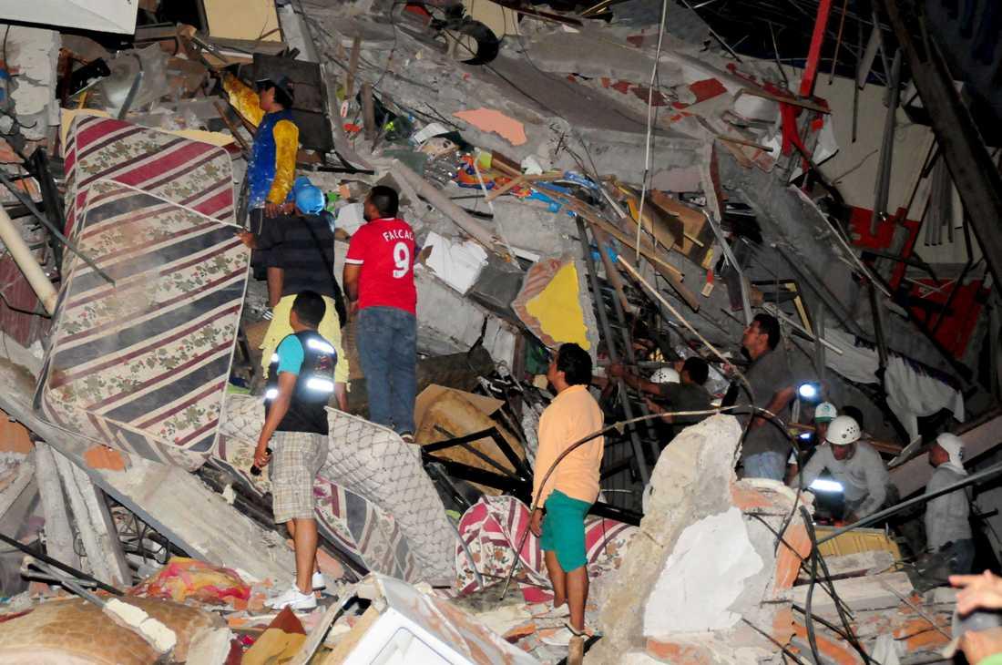Räddningsarbetare söker efter överlevande i staden Manta.