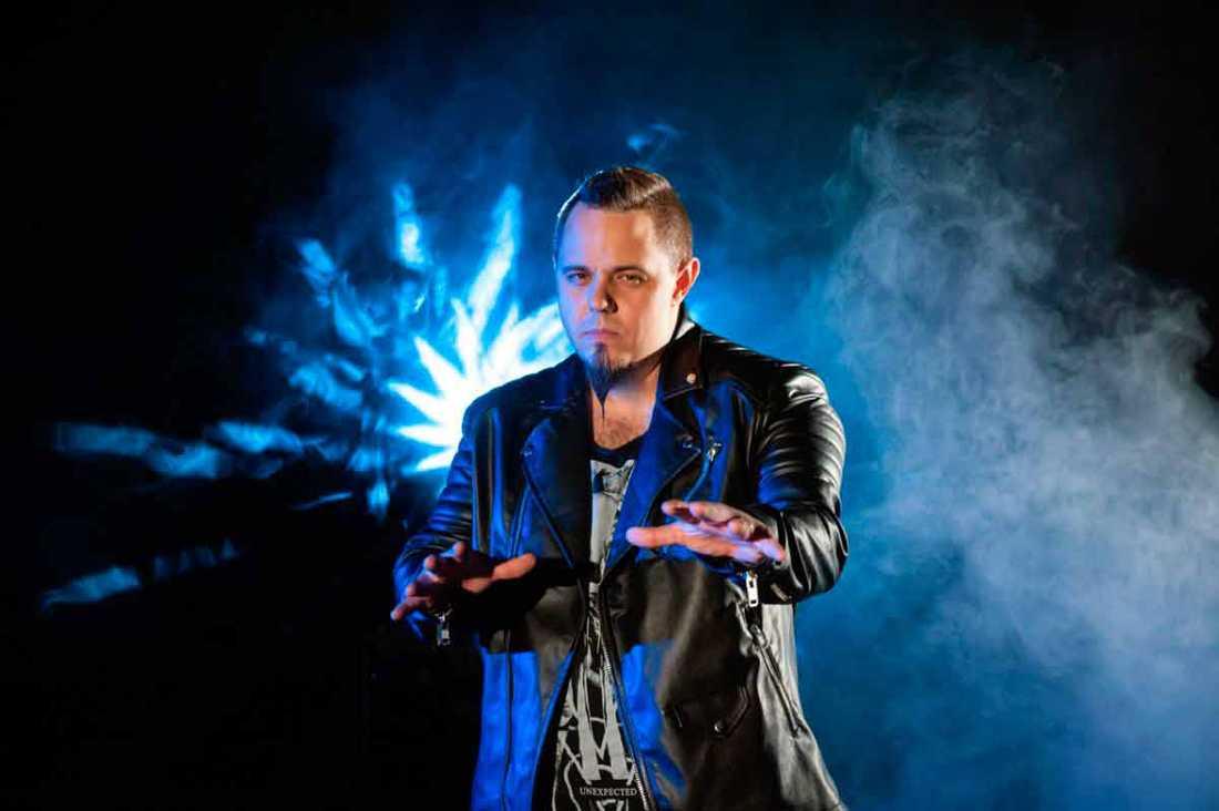 Ovidiu Anton heter artisten som tävlar för Rumänien.