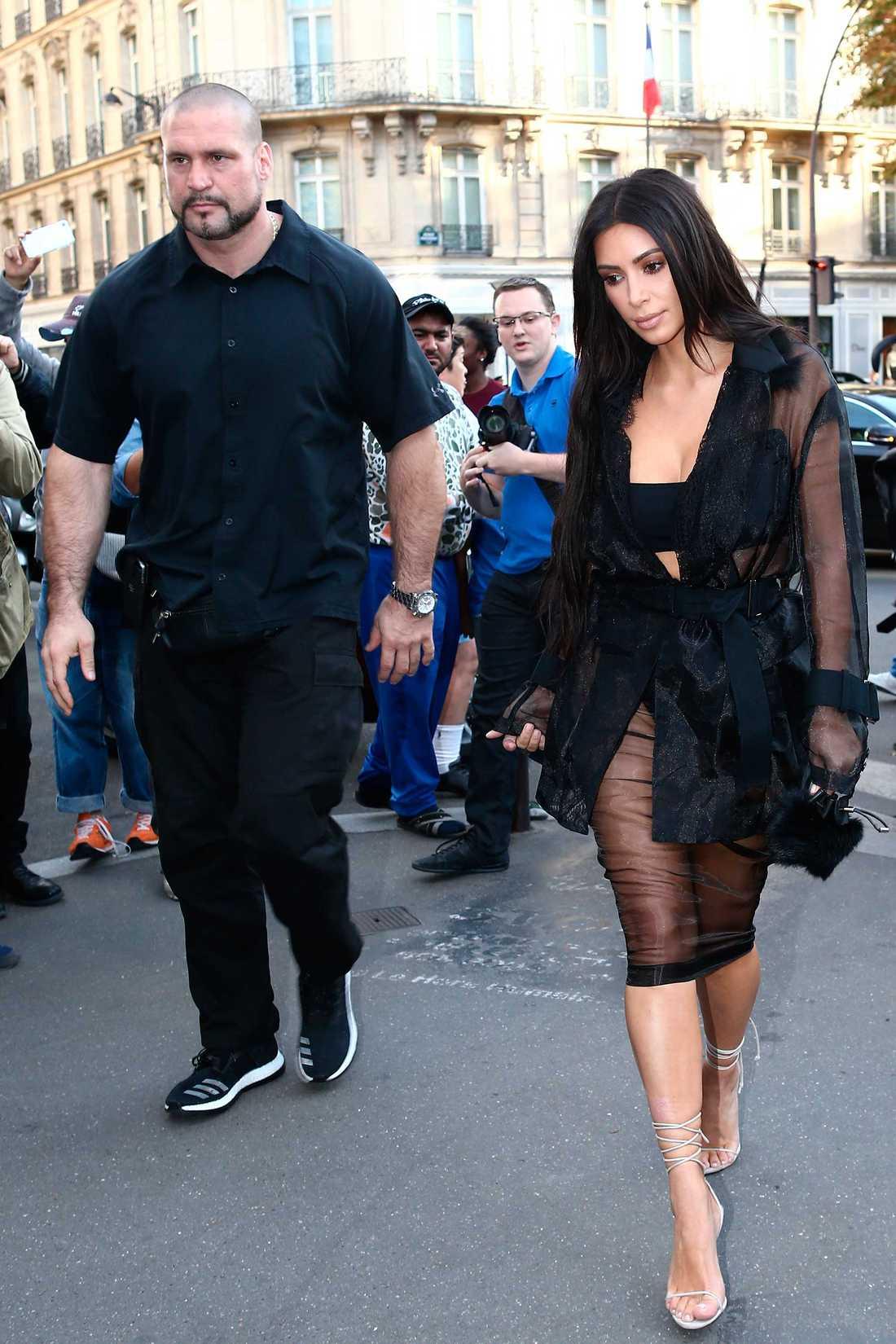 Kim Kardashian med sin livvakt Pascal Duvier under vistelsen i Paris, före rånet.