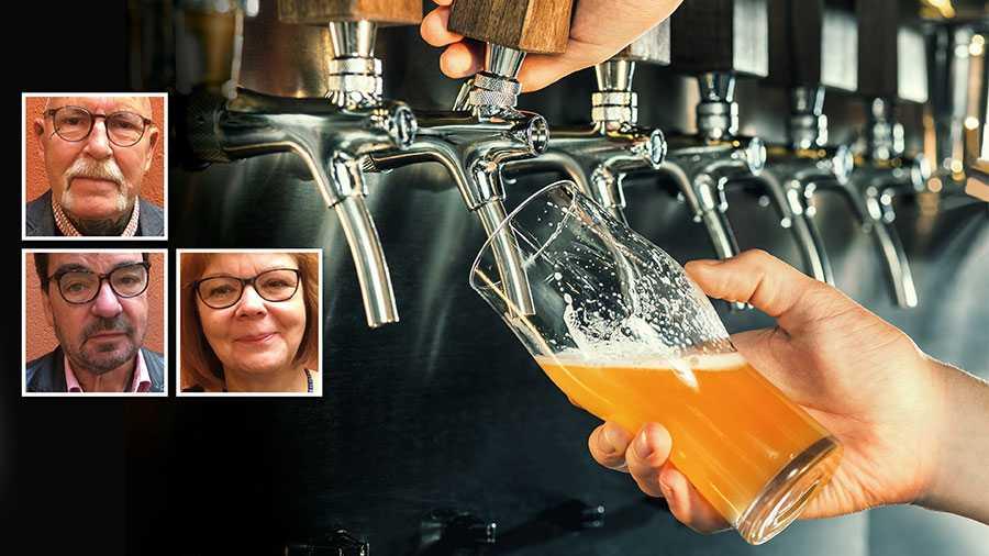 Vi vill se ett beslut om att inte tillåta försäljning av alkohol efter klockan 22.00. Erfarenheten är att de som har alkohol i blodet sitter närmare varandra och att coronasmittan ökar, skriver Rasken Andréasson, Kaare Andersson och Christina Fjellström.