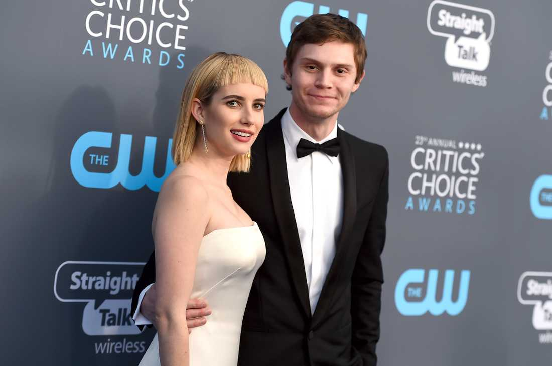 Emma Roberts och Evan Peters på Critics Choice Awards 2018.