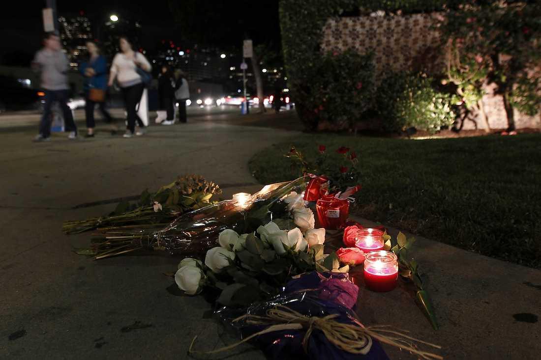 Efter stjärnans död lade fans blommor utanför hotellet.
