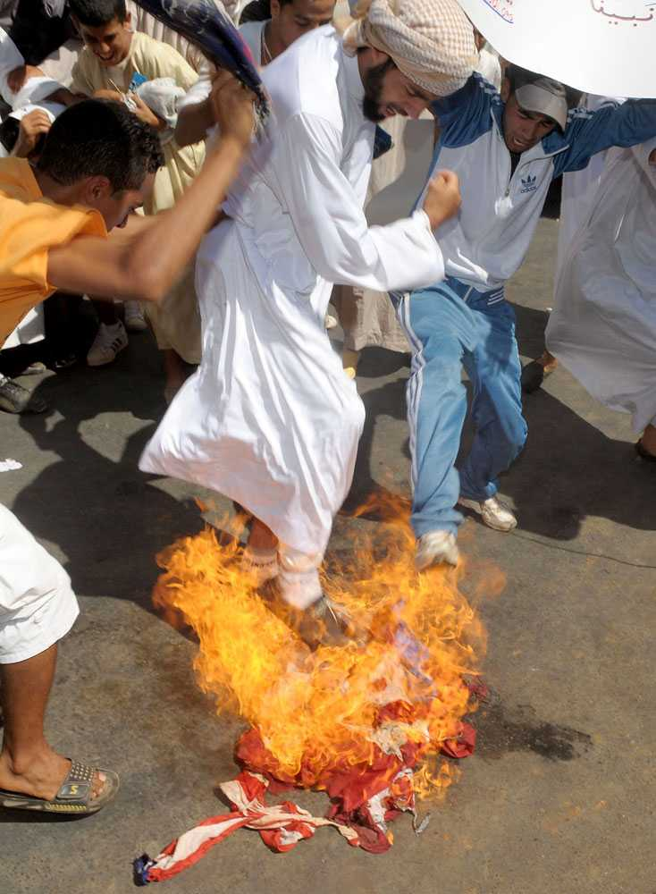Marockanska anhängare till salafismen, en fundamentalistisk tolkning av islam, bränner en amerikansk flagga under protester mot den islamfientliga filmen.