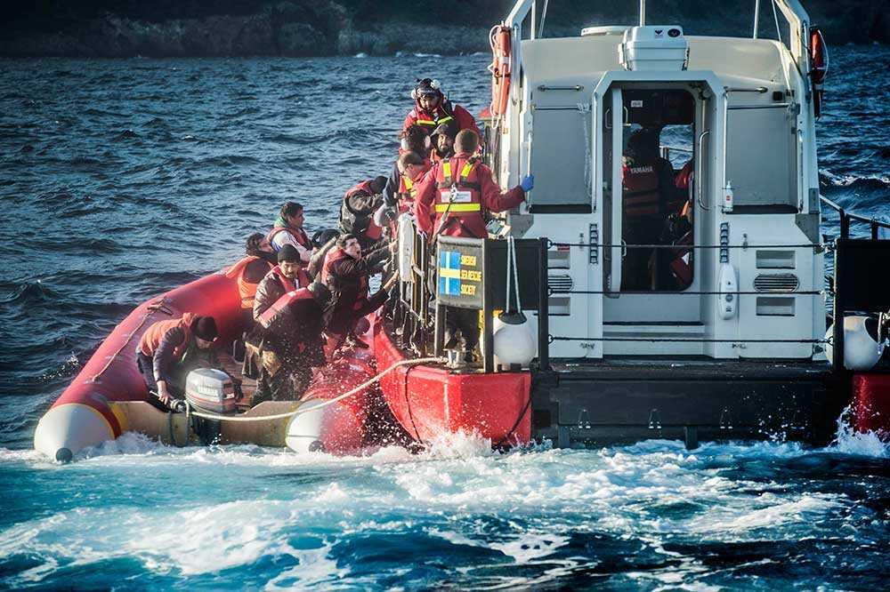 Gula båtarna genomför en av många räddningsinsatser. Här räddas flyktingar ur en gummibåt utanför den grekiska ön Samos.