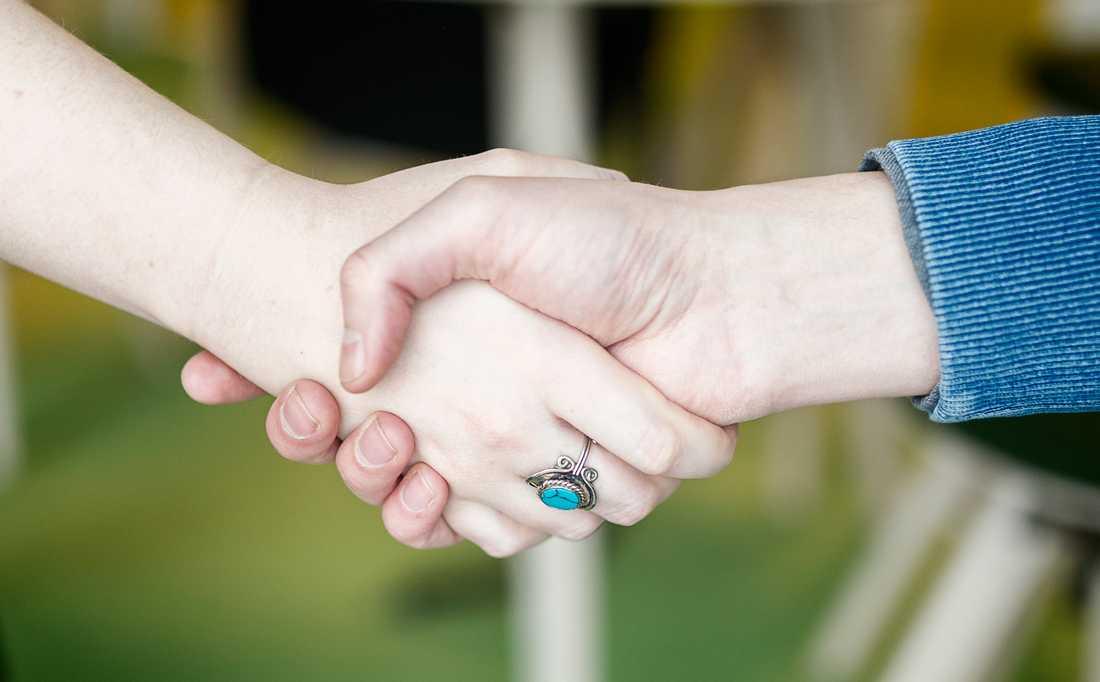 Går det bra att hälsa på något annat sätt än via händerna när det är dags att söka jobb? Ja, säger Arbetsdomstolen i ett fall som rör just handskakning. Arkivbild.