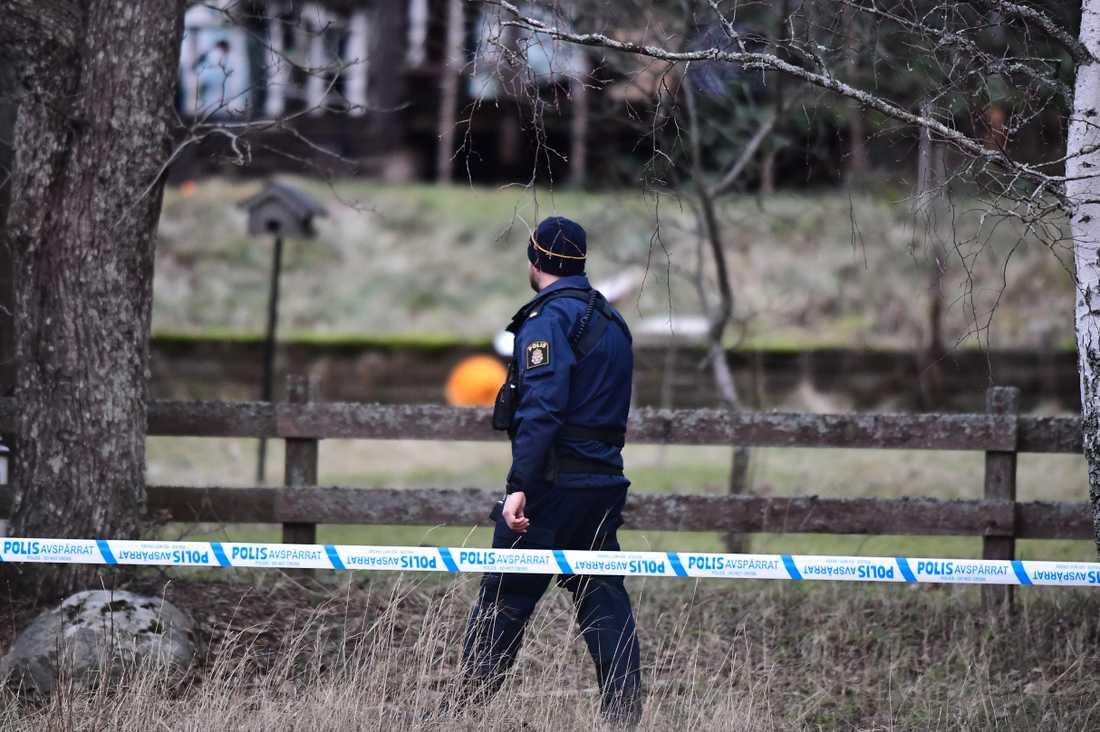 Polisen har inlett en förundersökning gällande mord efter att två personer har anträffats döda i Vallentuna.