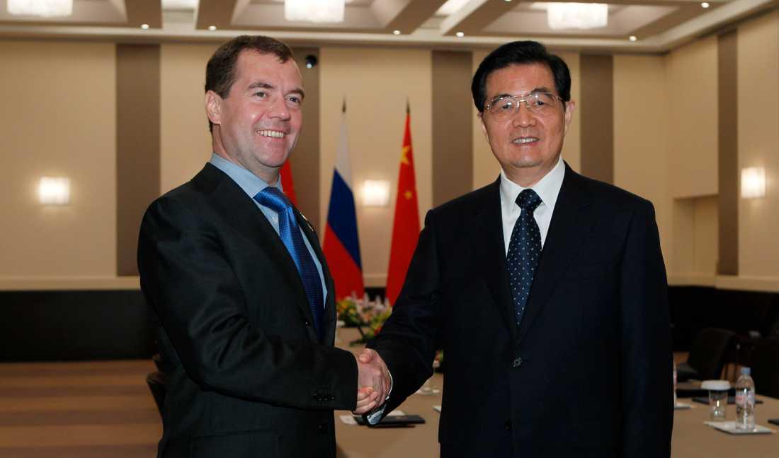 Rysslands president Dmitry Medvedev skakar hand med Kinas president  Hu Jintao.