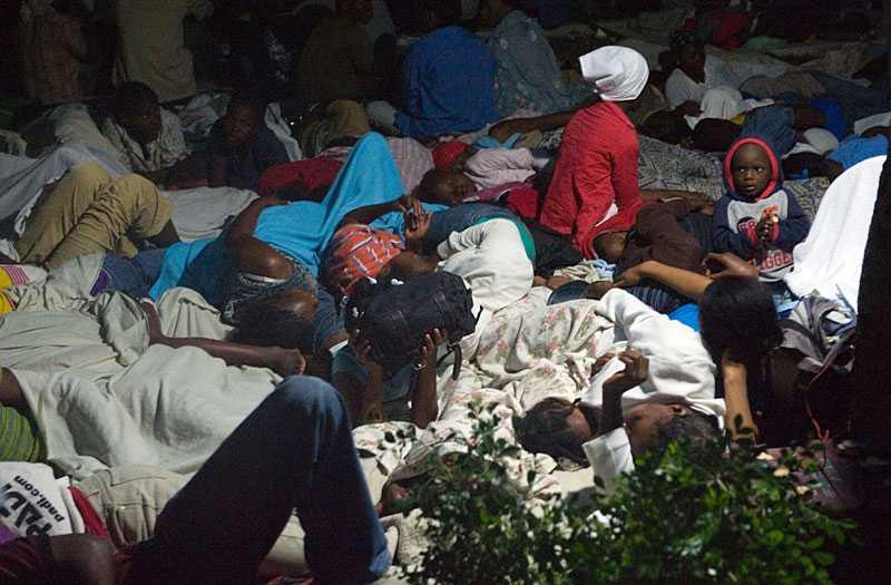 mörkret faller tungt över haiti Invånarna förbereder sig för att tillbringa en orolig natt på ett av Port-au-Princes torg.