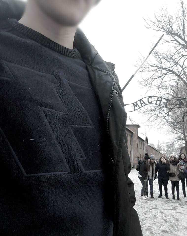 En tröja med SS-liknande tryck ledde till att 19-årige Anton blev slagen och knuffad utanför koncentrationslägret Auschwitz. Bilden tog strax innan den okända personen gick till attack.