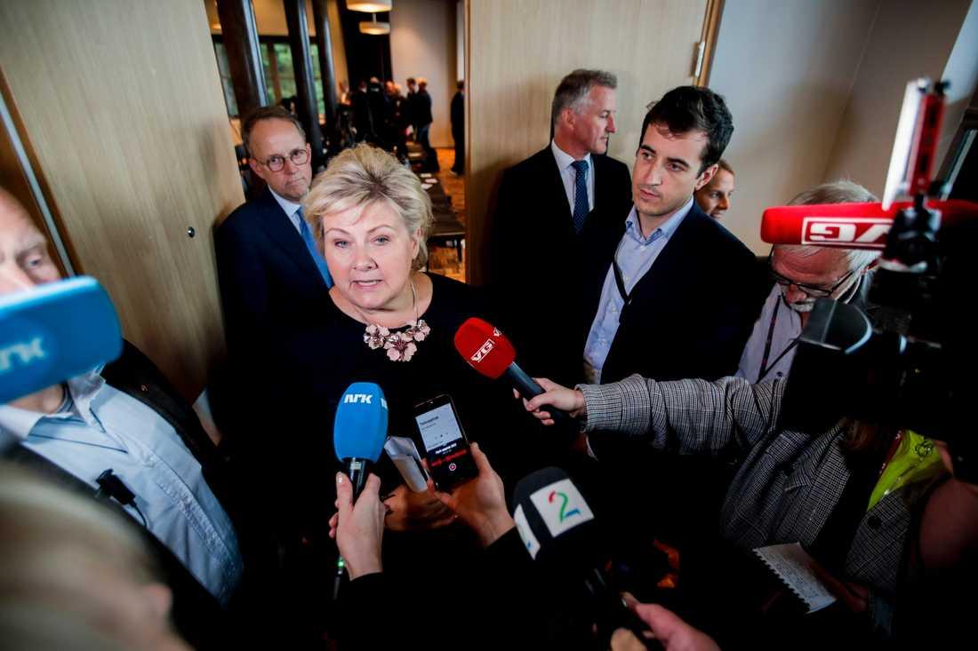 Erna Solberg pratar med medierna under fredagen.