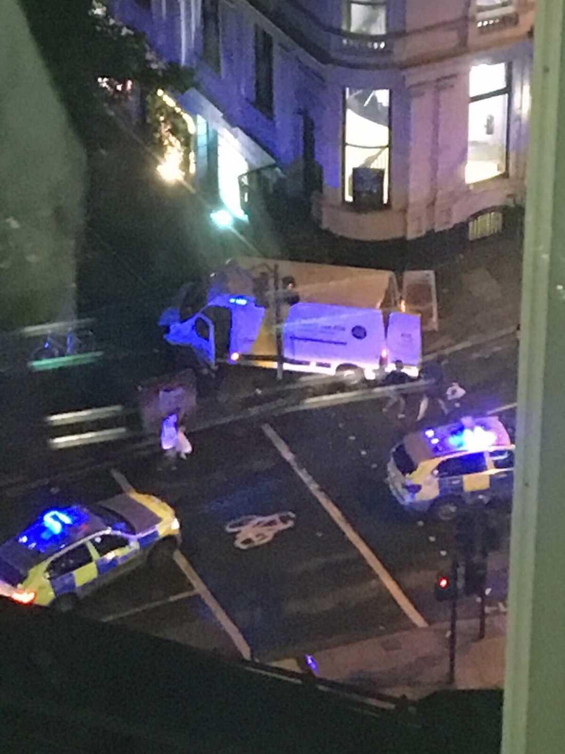 Polisen undersöker skåpbilen som användes vid attacken på London Bridge 3 juni 2017.