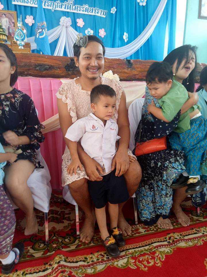 Mors dag firas stort i Thailand. Och för att sönerna skulle känna sig mindre utanför drog pappan på sig en klänning.