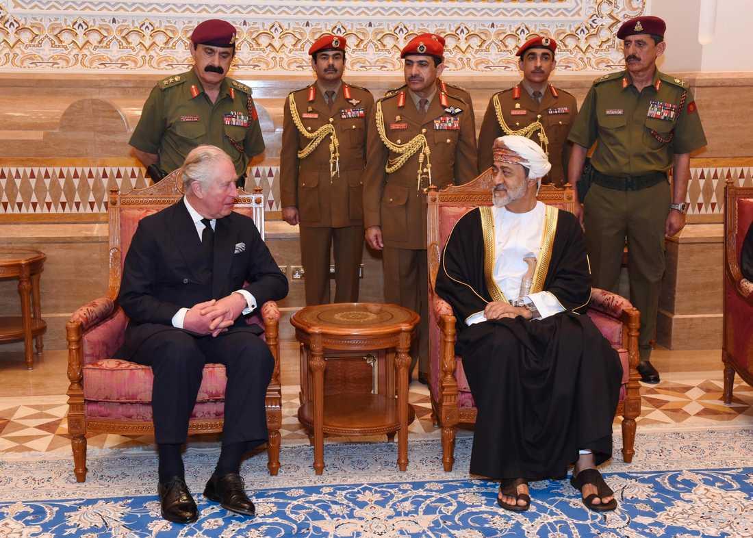 Omans nye sultan Haitham bin Tariq Al Said, till höger, tar emot brittiske prins Charles i Muskat på söndagen.