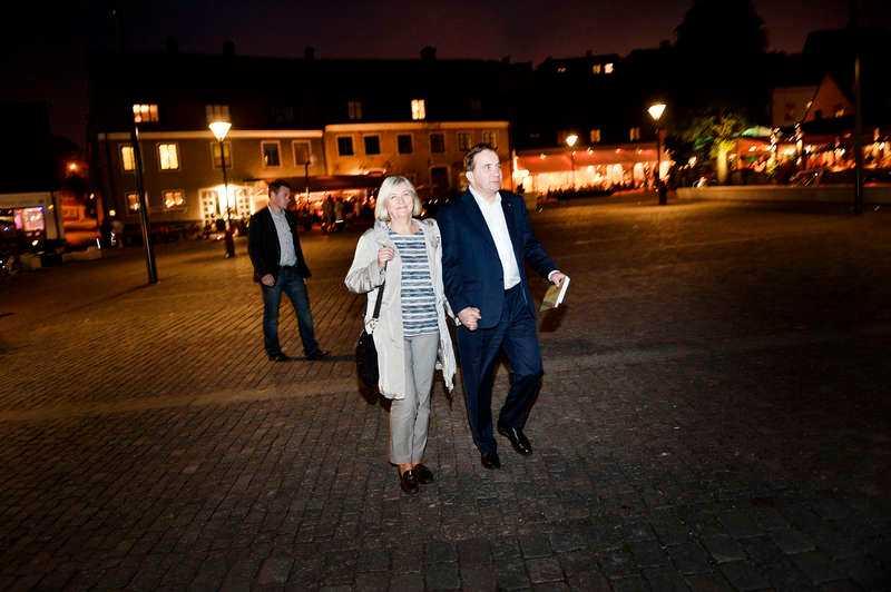Aftonbladet mötte Stefan Löfven sent i natt när han var på promenad med frun Ulla på väg hem till hotellet i Visby.