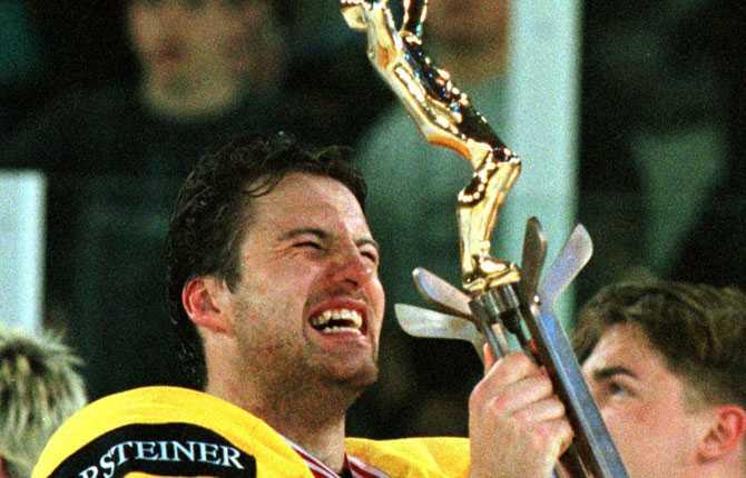 Världsmästare. En överlycklig Mikael Renberg var med i Tre Kronors guldlag 1998.